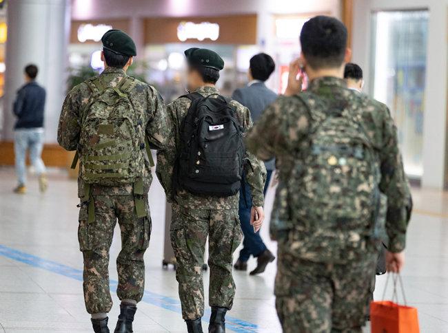 5월 10일 서울역에서 휴가를 나온 군 장병들이 발걸음을 옮기고 있다. [뉴스1]