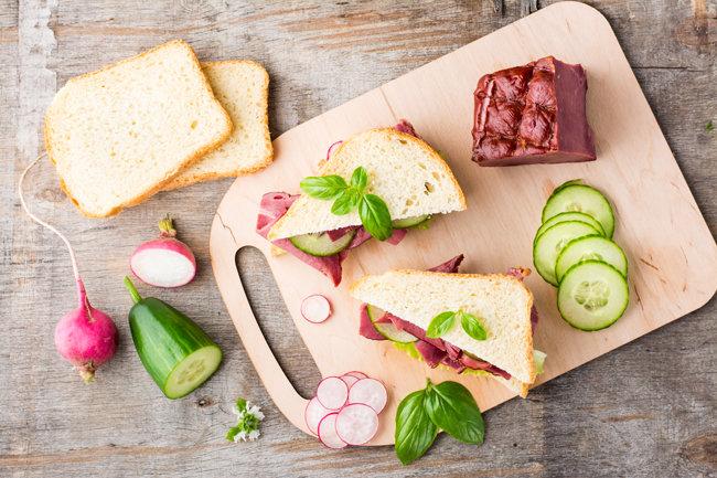오이를 납작납작 썰어 햄‧치즈‧달걀 등과 함께 빵에 끼우면 정갈한 샌드위치가 된다. [GettyImage]