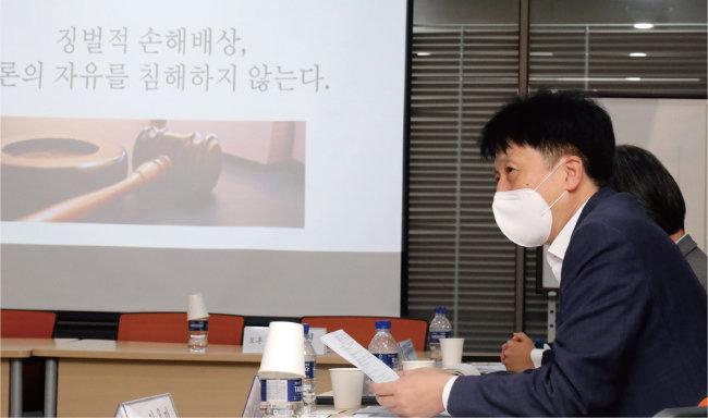 7월 5일 서울 영등포구 이룸센터에서 열린 '언론보도와 징벌적 손해배상 긴급토론회'에서 오기형 더불어민주당 의원이 모두발언을 하고 있다. [뉴스1]