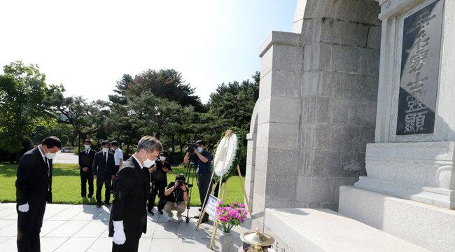 최재형 전 감사원장이 8월 5일 서울 동작구 국립서울현충원 무명용사의 묘역에 참배를 하고 있다. [동아DB]