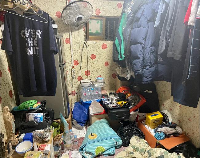 7월 29일 서울 영등포구 쪽방촌의 방 내부. 한 평(3.3㎡) 남짓 크기에 창문도 작다. [문영훈 기자]