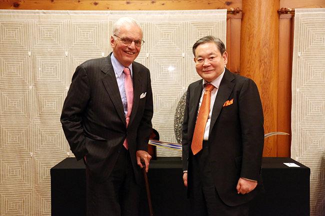 이건희 회장은 2013년 5월 22일 제임스 호튼 코닝 명예회장을 만나 만찬을 함께 하며 협력 증진 방안을 논의했다. [삼성전자 제공]