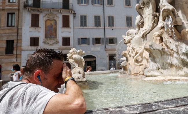 올여름 섭씨 49도에 이르는 기록적 폭염을 기록한 이탈리아에서 한 시민이 흐르는 땀을 닦고 있다. [AP 뉴시스]