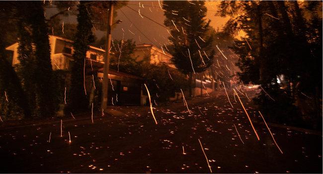 8월 7일 산불이 덮친 그리스 아테네 북부 지역 한 주택가 모습. 올여름 섭씨 40도가 넘는 폭염이 이어진 그리스에서는 대규모 산불과 그에 따른 정전이 잇따랐다. [아테네=신화 뉴시스]