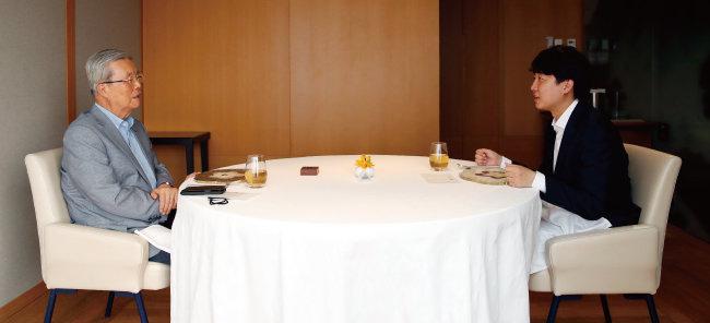이준석 국민의힘 대표(오른쪽)가 7월 29일 서울 시내의 한 한식당에서 김종인 전 국민의힘 비상대책위원장과 대화하고 있다. [뉴스1]