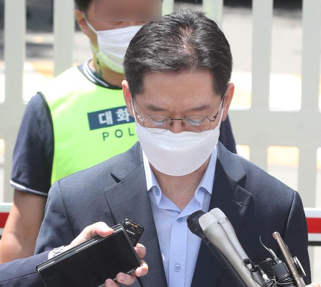 7월 26일 경남 창원시 창원교도소 앞에서 김경수 전 경남지사가 재수감되기 전 발언을 하고 있다. [뉴스1]
