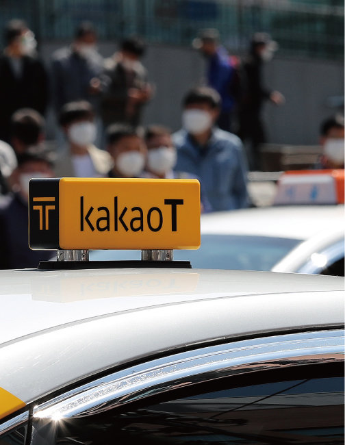 택시 호출 서비스를 제공하는 '카카오 택시'가 8월 2일 호출이 많은 피크 시간대에는 추가 비용을 최대 5000원까지 올리겠다고 발표했다. 이에 각계 비판이 쏟아지자 8월 15일 요금 인상을 철회했다. [뉴스1]