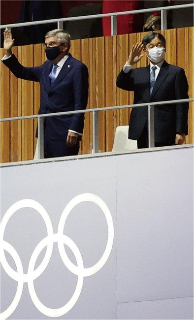 7월 23일 열린 2020 도쿄 올림픽 개막식에서 토마스 바흐 국제올림픽위원회(IOC) 위원장과 나루히토 일왕이 인사하고 있다. [뉴스1]