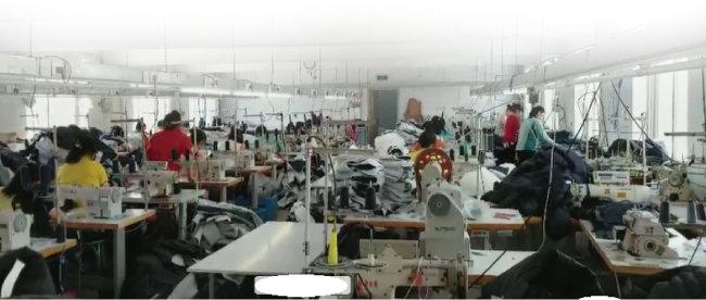 북한 노동자를 고용해 섬유 제품을 생산하는 중국 단둥의 한 봉제공장. [김승재 제공]
