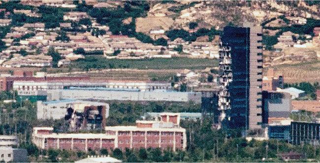 지난해 6월 19일 오전 경기도 파주 접경지역에서 바라본 개성공단. 폭파된 남북공동연락사무소 잔해물과 충격으로 훼손된 개성공단지원센터가 선명하게 보인다. [뉴스1]