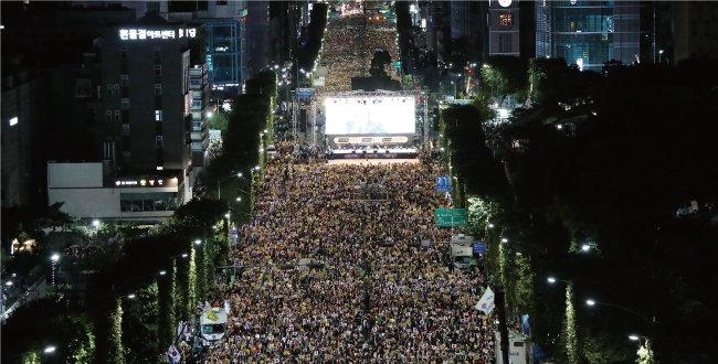 2019년 10월 5일 사법적폐청산 범국민시민연대가 서울 서초역 인근에서 검찰개혁, 사법적폐 청산 집회를 열었다. 한편 아래쪽에서는 보수 시민단체 회원들이 조국 구속을 주장하는 집회를 열었다. [동아DB]