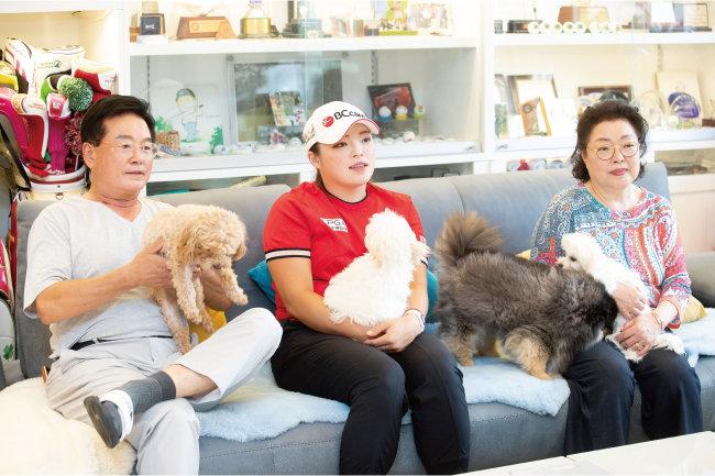 경기 용인시 자택에서 장하나 선수(가운데)와 그의 부모가 '신동아'와 인터뷰하고 있다. [지호영 기자]