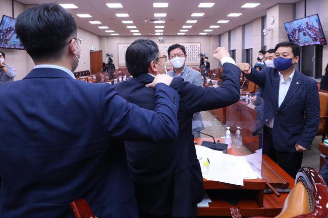 8월 25일 오전 3시 54분, 더불어민주당과 열린민주당은 국민의힘이 불참한 가운데 국회 법제사법위원회에서 언론중재법 개정안을 처리했다. 처리 직후 여당 의원들은 웃으며 자축했다. 오른쪽부터 민주당 김영배 김용민 김승원 의원. 김남국 의원(왼쪽)은 김영배 의원과 주먹 인사를 나누는 박주민 의원(왼쪽 두 번째)의 어깨를 주무르고 있다. [원대연 동아일보 기자]