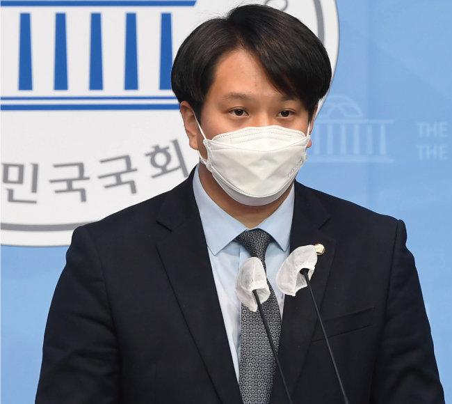 전용기 더불어민주당 의원은 4월 15일 공기업 승진평가에 군 경력 반영을 의무화하는 '제대군인지원에 관한 법률 개정안'을 발의했다. [동아DB]