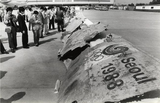 1987년 11월 북한 공작원에 의해 공중폭파됐던 대한항공 858기의 잔해와 승객유품 등이 1990년 5월 22일 김포공항에 수송됐다. 이 잔해는 3월 미얀마(버마)의 안다만 해역에서 수거했다. [동아DB]