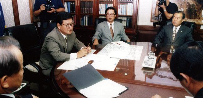 1997년 8월 19일 신한국당은 당직자 회의를 열어 오익제 씨 월북과 관련 당 입장을 밝히는 등 치열한 공방을 벌였다. [동아DB]