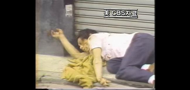 1980년 5월 미국 CBS 뉴스에 보도된 광주항쟁 당시 모습. 한 시민이 피를 흘리며 길가에 쓰러진 이 모습은 유영길 감독이 촬영한 것이다. [한국영상기자협회 제공]