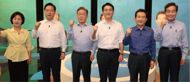8월 17일 채널A가 주최한 토론회에 참석한 더불어민주당 대선후보들. 추미애·김두관·이재명·박용진·정세균·이낙연(왼쪽부터). [뉴스1]