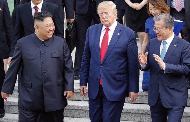 2019년 6월 30일 문재인 대통령과 김정은 북한 국무위원장, 도널드 트럼프 당시 미국 대통령이 경기 파주 판문점 공동경비구역(JSA) 자유의 집에서 회담을 마친 뒤 이야기를 하며 걷고 있다. [청와대 사진기자단]
