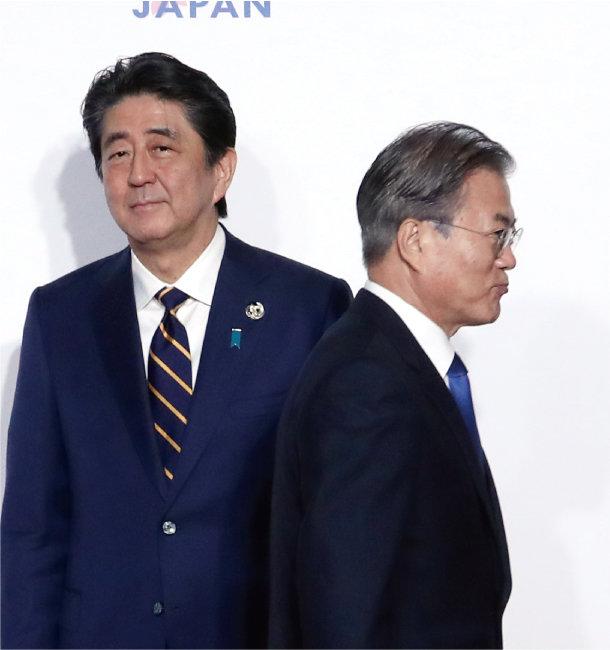 2019년 6월 28일 문재인 대통령이 일본 오사카에서 열린 주요 20개국(G20) 정상회의 개막 환영식에서 아베 신조 당시 일본 총리와 '8초 악수'를 한 뒤 등을 돌려 이동하고 있다. [박영대 동아일보 기자]