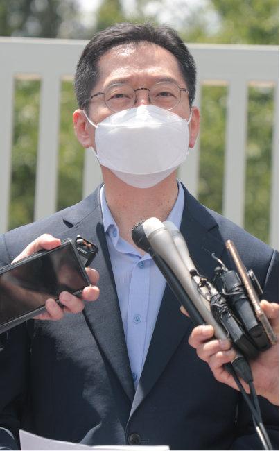 '드루킹 댓글 여론조작 사건'으로 대법원에서 징역 2년이 확정된 김경수 전 경남지사가 7월 25일 경남 창원시 창원교도소 앞에서 재수감되기 전 기자회견을 하고 있다. [동아DB]
