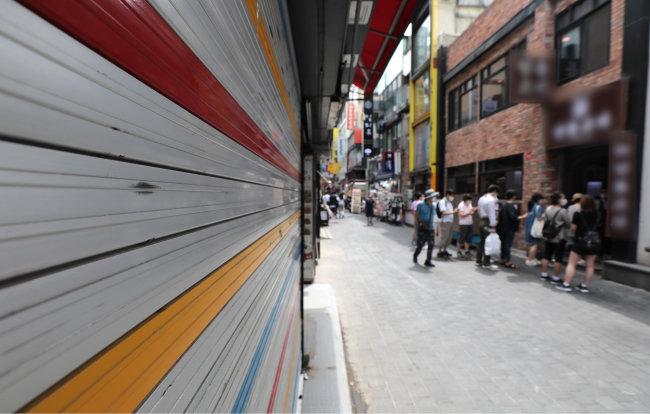 서울 중구 명동 거리의 폐업한 상가. 일부 대선후보들은 소득주도성장으로 인해 소상공인들의 부담이 커졌다고 주장한다. [뉴스1]