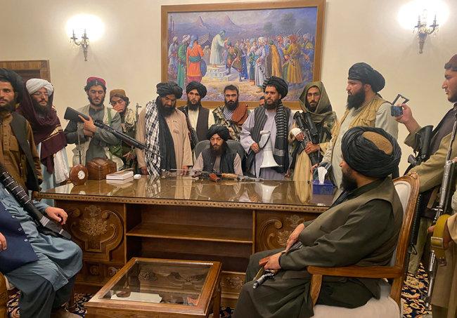 아프가니스탄 무장단체 탈레반의 지도부들이 8월 15일(현지 시간) 수도 카불의 대통령궁에 모여 있다. [AP 뉴시스]