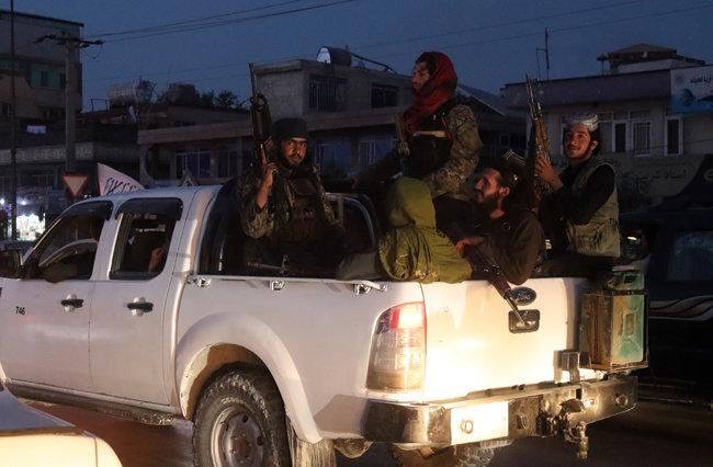 소총으로 무장한 탈레반 군인들이 8월 28일(현지 시간) 아프가니스탄 수도 카불에서 픽업트럭을 타고 시내를 순찰하고 있다. [AP 뉴시스]