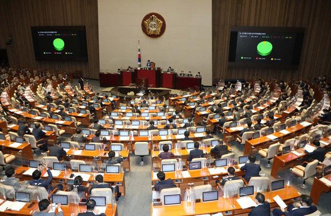8월 31일 국회 본회의에서 '구글갑질방지법'이 재석 188명 중 찬성 180명, 기권 8명으로 통과되고 있다. [뉴시스]