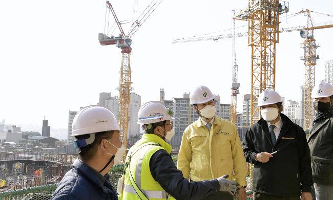 3월 8일 서울 서대문구 홍은동에 있는 주택 재건축 공사현장에서 해빙기 민관 합동 안전점검이 진행되고 있다. [사진=서대문구 제공]