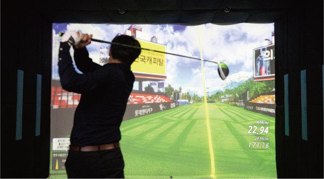 MZ세대 골프 열풍에는 이용료가 저렴한 스크린 골프가 큰 역할을 한 것으로 보인다. 젊은 골퍼 대다수는 스크린 골프로 골프를 처음 접했고 스크린 골프장을 자주 간다고 말했다. [뉴스1]
