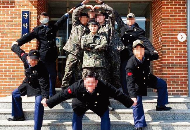 해군 군악대로 복무하던 병장 김희재는 2020년 3월 17일 전역을 명받았다. 개구쟁이 같은 표정이 눈길을 끈다. [김희재 인스타그램]