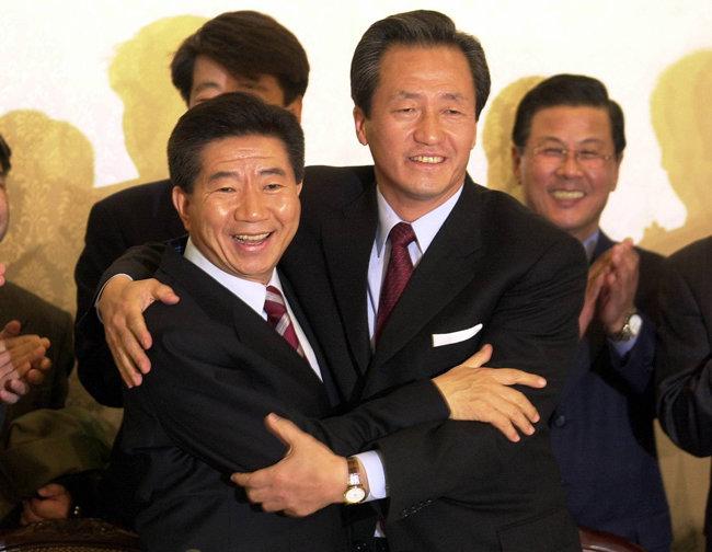 2002년 11월 16일 당시 새천년민주당 노무현 후보(왼쪽)와 국민통합21 정몽준 후보가  서울 여의도 국회 귀빈식당에서 후보단일화 방식과 절차에 전격 합의한 뒤 서로 얼싸안고 있다. [동아DB]