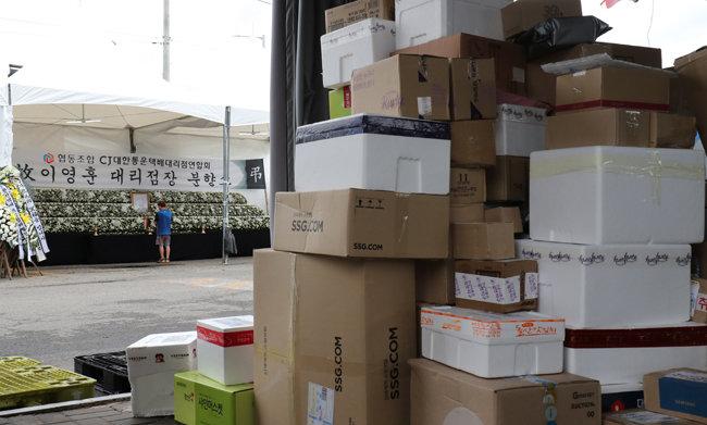 9월 1일 경기도 김포시 한 택배업체 터미널에 마련된 택배대리점주 분향소 맞은 편 택배 분배 운송 라인에는 노조원들이 배송을 거부한 택배상자들이 가득 쌓여있다. [동아DB]