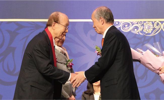 이정식 교수(왼쪽)는 평생 동아시아 역사 및 정치 연구에 헌신한 공로로 2018년 인촌상을 받았다. [동아DB]