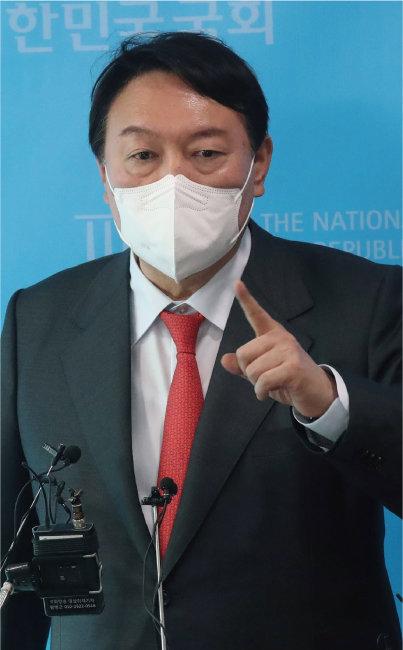 윤석열 전 검찰총장이 9월 8일 국회에서 자신을 둘러싼 '고발 사주' 의혹을 반박하는 기자회견을 열고 있다. [동아DB]