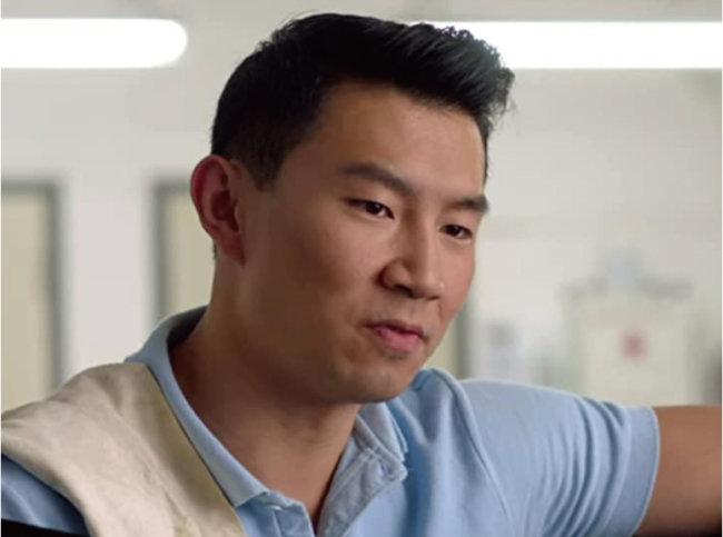 영화 '샹치와 텐 링즈의 전설' 주연을 맡은 시무 리우는 넷플릭스 드라마 '김씨네 편의점'에서 아들 정 역할을 맡았다. [IMDB 캡처]