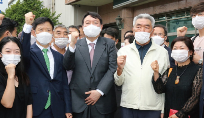 윤석열 국민의힘 예비후보가 8월 30일 오전 충남도당을 방문해 지지자들과 간담회를 가졌다. [뉴스1]