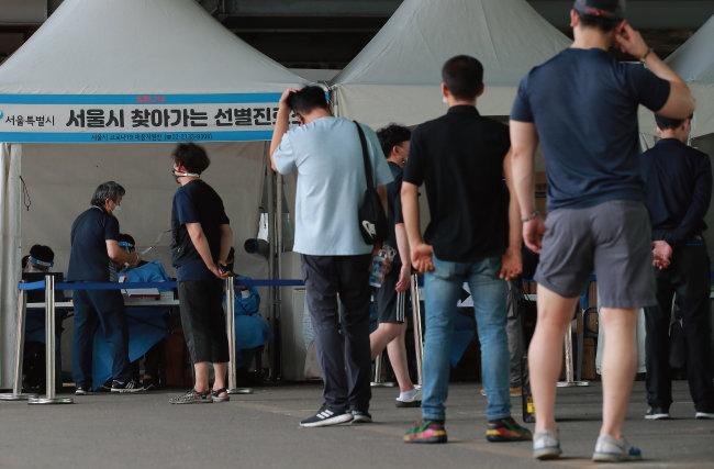 코로나19 집단 감염이 발생한 서울 송파구 가락농수산물종합도매시장 종사자들이 9월 9일 현장에 설치된 선별검사소에서 코로나19 진단 검사를 받고 있다. [송은석 동아일보 기자]