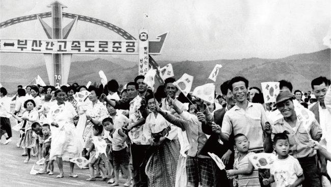 1970년 7월 7일 개통된 경부고속도로는 한국 산업화를 이끄는 역할을 했다. [한국도로공사 제공]