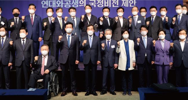 이낙연 전 더불어민주당 대표가 5월 10일 오전 서울 용산구 백범김구기념관 컨벤셜홀에서 싱크탱크 '연대와 공생' 주최로 열린 정책 심포지엄에서 참석자들과 기념 촬영을 하고 있다. [뉴시스]
