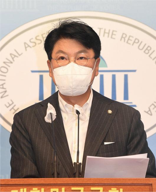 장제원 '국민캠프' 종합상황실 총괄실장이 9월 12일 국회 소통관에서 박지원 국가정보원장 대선개입 의혹에 대한 즉각적인 수사를 촉구하는 성명을 발표하고 있다. [동아DB]