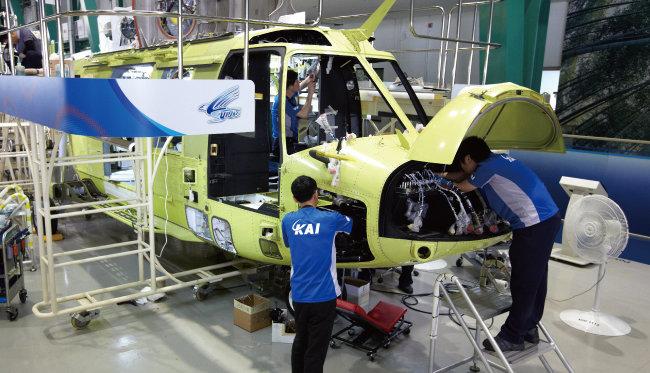 경남 사천에 위치한 한국항공우주산업(KAI) 회전익 생산 공장. 근로자들이 수리온을 조립하고 있다. [KAI 제공]