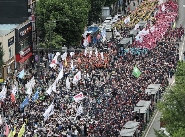 전국민주노동조합총연맹(민주노총) 조합원들이 7월 3일 오후 서울 종로3가 거리에서 전국노동자대회를 진행하고 있다. [뉴스1]