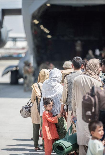 아프가니스탄 카불의 하미드 카르자이 국제공항에서 아프간 주민들이 미 공군 수송기에 탑승하고 있다. [뉴시스]
