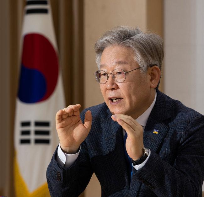 2월 17일 경기도청에서 '신동아'와 인터뷰 중인 이재명 경기지사. [조영철 기자]