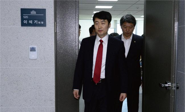 2013년 9월 4일 이석기 당시 통합진보당 의원이 체포동의안 처리를 위한 국회 본회의에 참석하기 위해 의원실을 나서고 있다. [동아DB]
