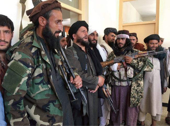 9월 8일(현지 시간) 아프가니스탄 북동부 카피사주에서 탈레반 병사들이 투항한 민병대를 감시하고 있다. [AP=뉴시스]