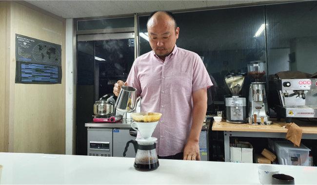 서필훈 커피리브레 대표가 핸드드립 방식으로 커피를 추출하고 있다. [오홍석 기자]