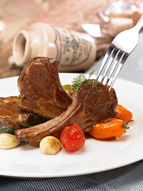 잘 구운 양갈비는 부드럽고 고소하다. 도톰한 살코기를 썰어 한입 두입 먹은 뒤 뼈를 손으로 잡고 뜯는 맛도 즐겨 보자. [GettyImage]